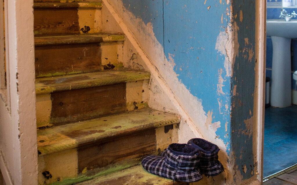 Din cauza condițiilor improprii de locuit, 47% dintre români spun că se simt prizonieri în propria locuință