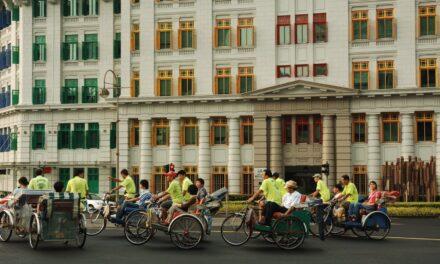 """Uniunea Fotografilor din Asia, în expoziţia """"Arhitectura din Singapore"""" la Oradea"""
